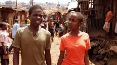 Szenenbild: Zwei Jugendliche laufen durch ein Dorf