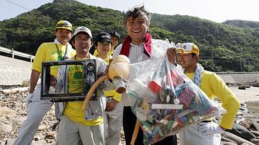 Szenenbild: Die Hauptdarsteller halten Plastik in der Hand