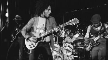 Szenebild: Marley auf der Bühne mit Gitarrre, schwarz-weiß Aufnahme